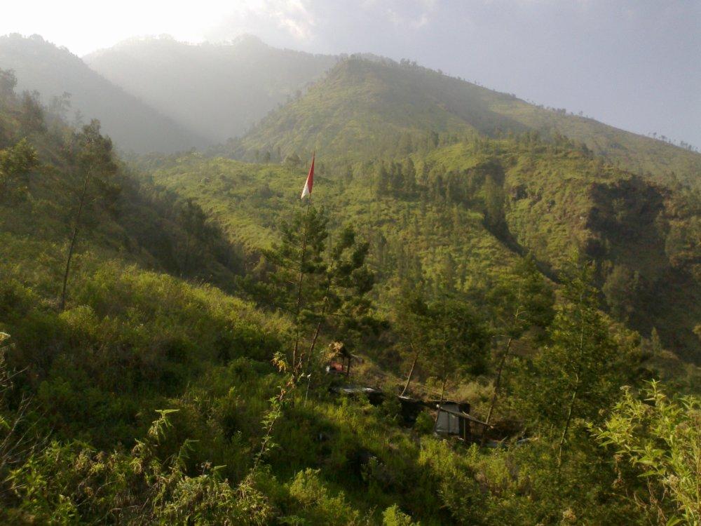 Op de helling van Mount Arjuna, poort uit en ik kan de berg op.
